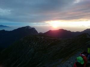 アサヨ峰の上に太陽が顔を出す
